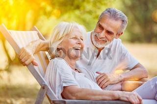 Paar Senioren im Urlaub im Sommer
