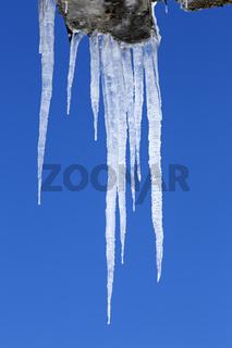 Eiszapfen vor blauem Himmel, Hohe Tauern, Kärnten, Österreich, Europa