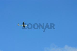Segelflugzeug am blauen Himmel