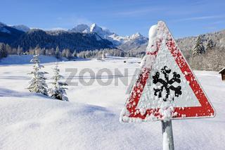 Warnschild vor Schneeglätte