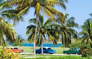 Amerikanischer Oldtimer parkt in Cuba