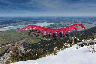 rote Gleitschirmflieger-Sequenz über Bayern