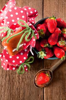 Naturbelassene Marmelade mit Erdbeeren aus eigenem Anbau