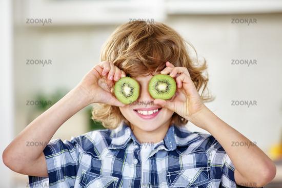 Junge albert mit einer Kiwi herum