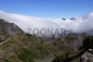 Passatwolken fallen über die Berge der Paul da Serra