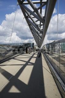 Akrobaten Fußgängerbrücke über Gleise des Hauptbahnhofs in Oslo