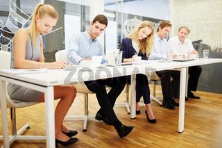 Geschäftsleute schreiben einen Test