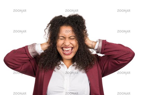 Frau schreit während sie mit den Händen die Ohren zuhält