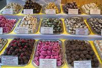 Pralinen auf einem Markt in Budapest Ungarn