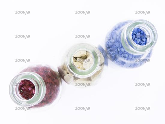 Blick von oben in Flaschen mit Material zum Basteln