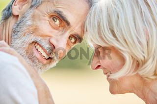 Glückliches Senioren Paar in der Natur