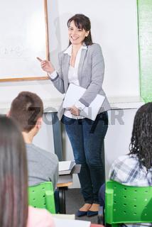 Glückliche Lehrerin vor der Klasse