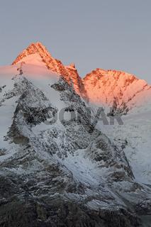Gipfel des Großglockner bei Sonnenaufgang, Nationalpark Hohe Tauern, Kärnten, Österreich, Europa