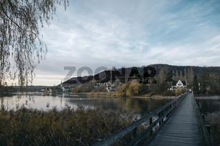 Holzbrücke mit Blick über den Rhein zur Insel Werd