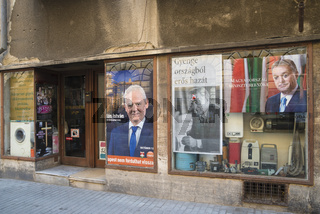 Schaufenster politische Plakate Budapest Ungarn
