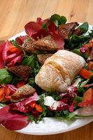 Wildkräutersalat mit Kalbsbriesmilzwurst und Kartoffelsemmel