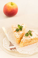 Zwei Stücke frisch gebackener Apfel-Streuselkuchen liegen auf einem Teller