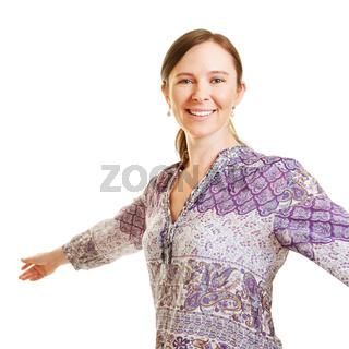 Lächelnde Frau dreht sich beim Tanzen
