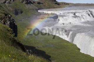 Regenbogen über Wasserfall