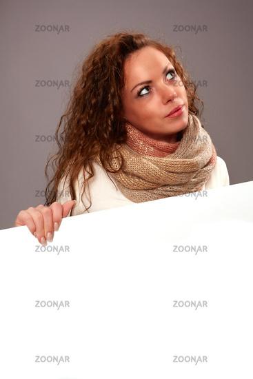 Frau mit weissen Werbeschild