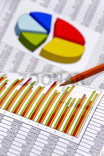 Finanzen mit Chart und Rotstift