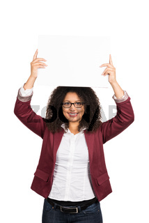 Frau hält ein Blatt Papier