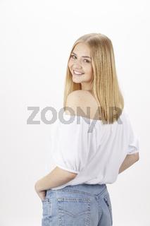 Blonde attraktive junge Frau genießt den Sommer