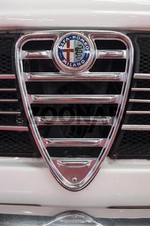 Kühlergrill mit Emblem von einem Oldtimer der Marke Alfa-Romeo