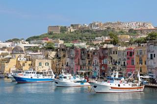 Blick auf den Hafen von Procida