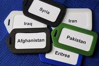Kofferschilder mit Fluechtlingsnationen auf Koffergurten als Symbol fuer die Fluechtlingskrise