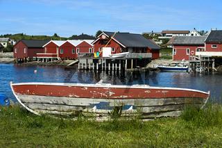 Verrottendes Boot im Bootshafen von Bud