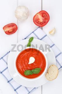 Tomatensuppe frische Tomaten Suppe in Suppentasse von oben