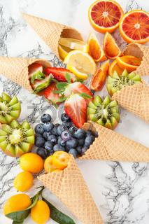 Eiswafeln mit frischen Fruechten