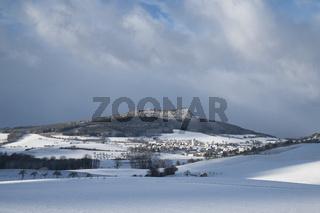 Winterlicher Hegau mit dem Dorf Weiterdingen und den Hohenstoffeln