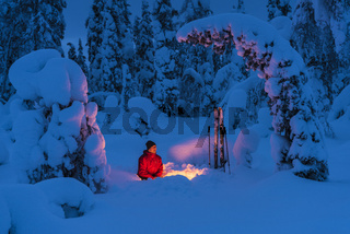 Mann am Lagerfeuer, Muddus Nationalpark, Lappland