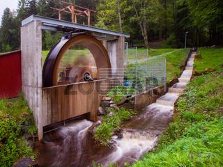 Wasserrad zur Stromerzeugung, Überlaufkanal, Graufilteraufnahme