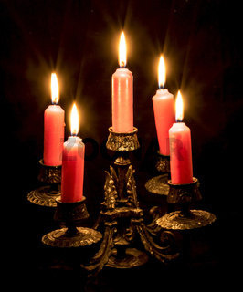 Kerzenständer mit brennenden Kerzen