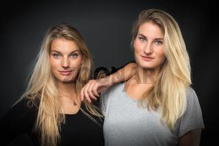 2 blonde mädchen im portrait
