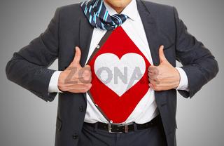 Mann zeigt rotes Herz auf Shirt