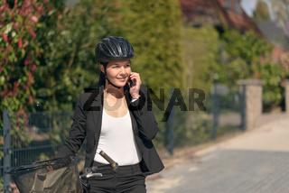 Geschäftsfrau fährt mit dem Fahrrad