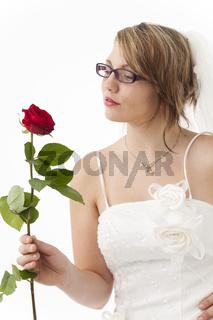 Junge Braut mit einer roten Rose