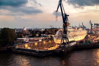 Kreuzfahrtschiff im Trockendock im Hamburger Hafen am Abend