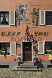 Fassadenmalerei an einem traditionellen Wirtshaus in der Altstadt von Staufen