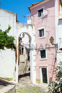 Straßenszene im Alfama-Viertel, Lissabon