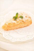 Ein Stück frisch gebackener Apfel-Streuselkuchen