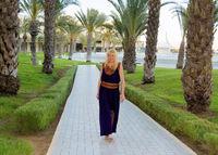 Frau im traditionellen Kleid in Tunesien