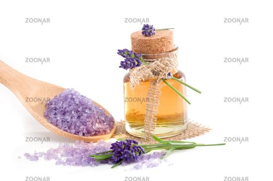 Lavendel-Badesalz und ätherisches Öl freigestellt