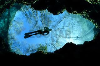 Taucher in Devils Ear, Quelltopf bei Ginnie Springs, Scuba diver in Devils Ear, swelling pot near Ginnie Spring, Florida, USA