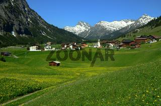Zug am Lech mit Blick zum Lechquellengebirge
