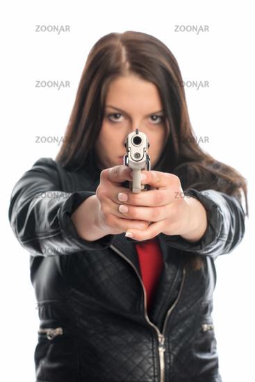 agentin zielt mit schußwaffe